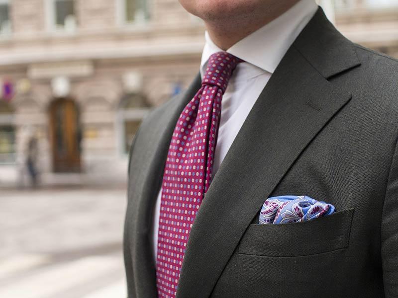 چند روش تا کردن دستمال جیب کت مردانه