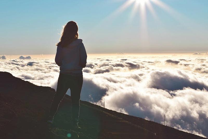 یک خانم در حال نگاه به ابرها