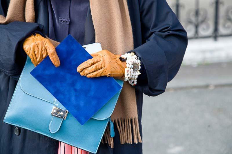 دست های یک خانم با کیف جیر و دستکش چرم