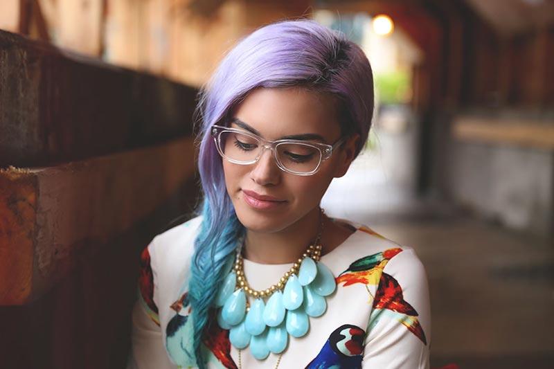 استایل یک خانم با موهای بنفش و عینک
