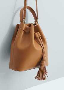 یک کیف کیسه ای قهوه ای