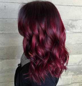موهای یک خانم به رنگ قرمز سرد