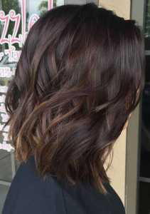 موهای یک خانم به رنگ مشکی گرم
