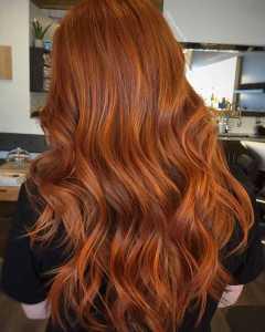 موهای یک خانم به رنگ قرمز گرم