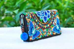 یک کیف کلاچ رنگی