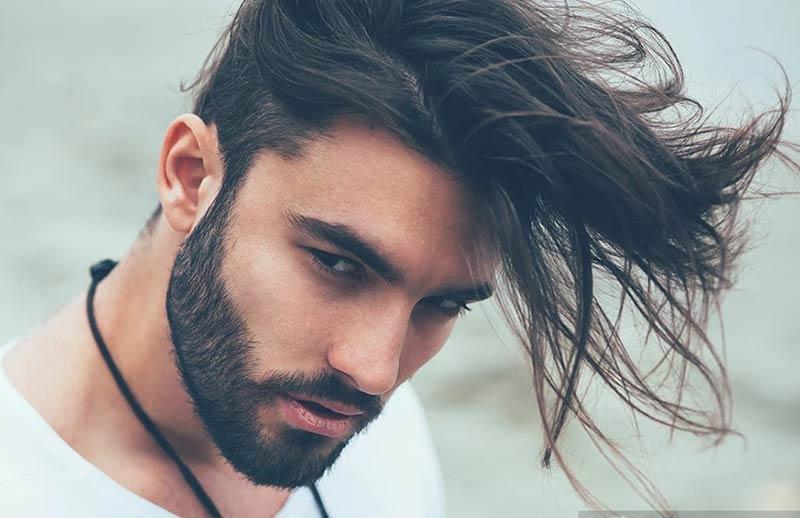 صورت یک آقا با موهای کمی بلند