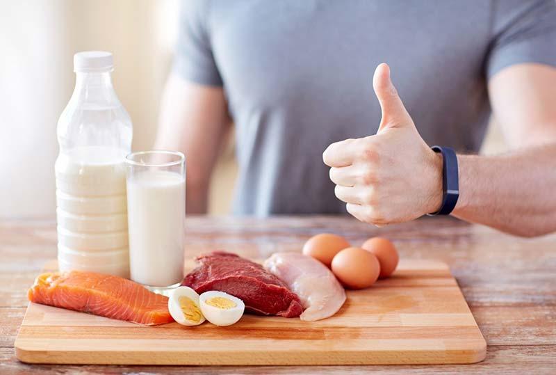 دست یک آقا کنار منابع غنی پروتئین