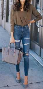 یک خانم با شلوار جین فاق بلند و کفش پاشنه بلند
