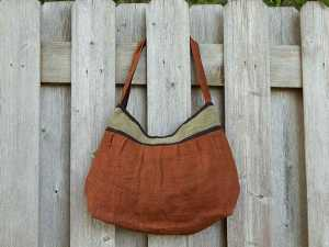 یک کیف هوبو قهوه ای