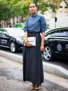 استایل یک خانم با بلوز آبی و دامن بلند مشکی