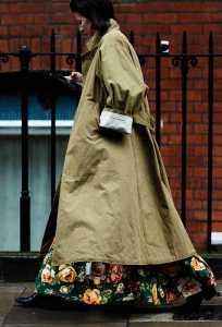 استایل یک خانم با بارانی بلند کردم و دامن بلند گلدار