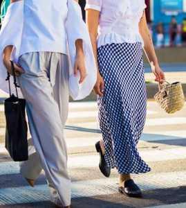 استایل دو خانم با دامن بلند چهارخانه و بلوز سفید