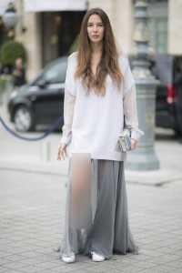 استایل یک خانم با دامن بلند طوسی و بلوز سفید
