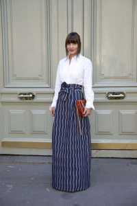 استایل یک خانم با دامن بلند راه راه و بلوز سفید