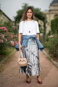 استایل یک خانم با دامن بلند پولک دار و بلوز سفید