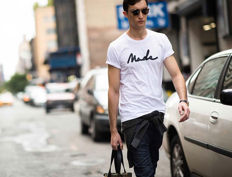 استایل یک آقا با تی شرت مردانه سفید و شلوار مشکی