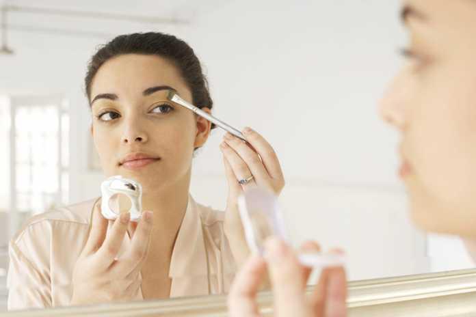یک خانم در حال انجام آرایش طبیعی صورت