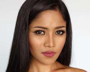 یک خانم با آرایش طبیعی صورت و پوست برنزه