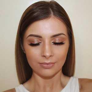 یک خانم با آرایش ساده چشم و موهای کوتاه