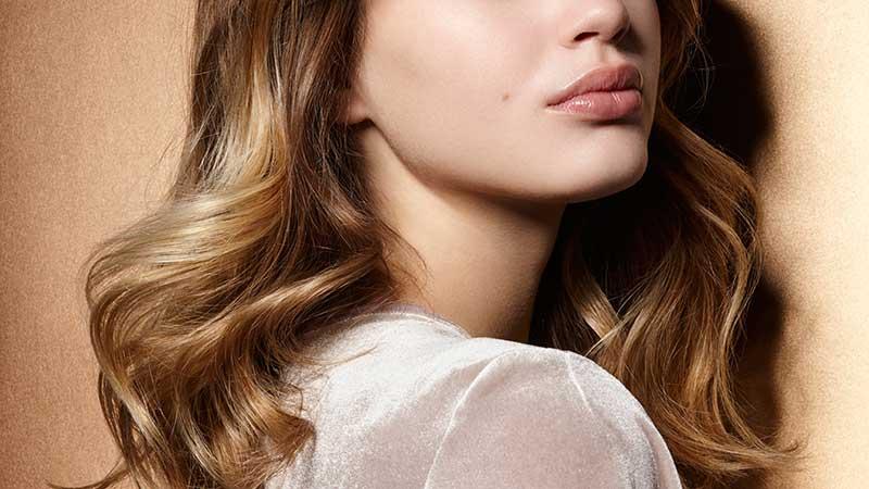 نیمی از صورت و موهای بلوند یک خانم