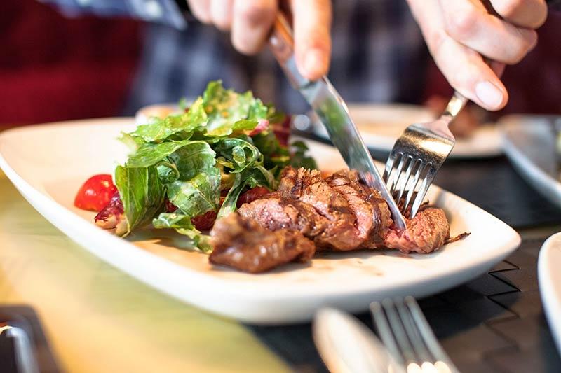 یک آقا در حال مصرف پروتئین و بررسی فواید پروتئین در لاغری و کاهش وزن و سلامت