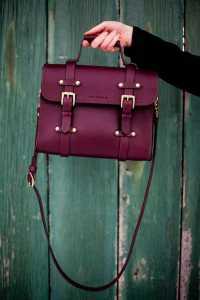 یک کیف اداری بنفش