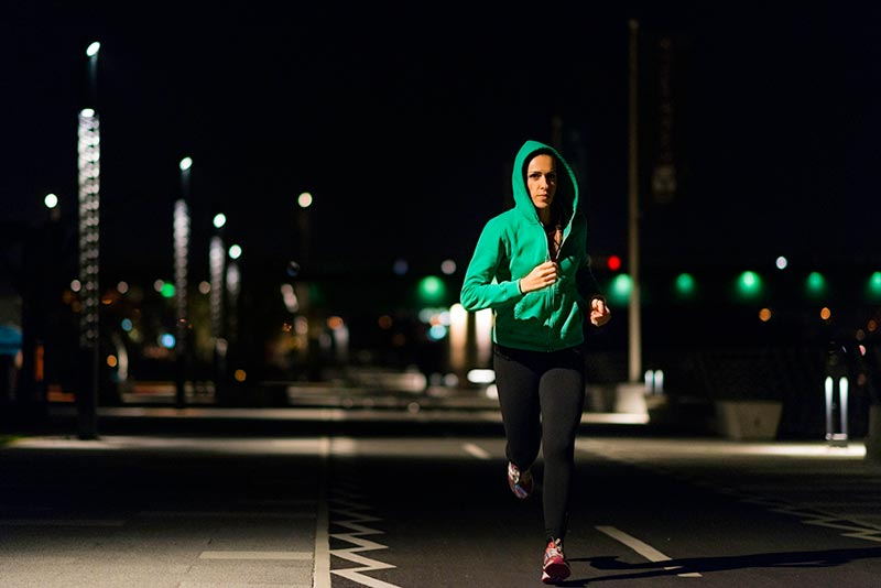 یک خانم در حال ورزش در شب