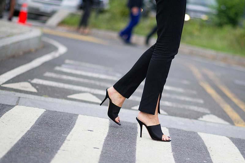 پاهای یک خانم با کفش پاشنه بلند