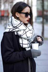 استایل یک خانم با شال گردن با گره مدل دو گرهی