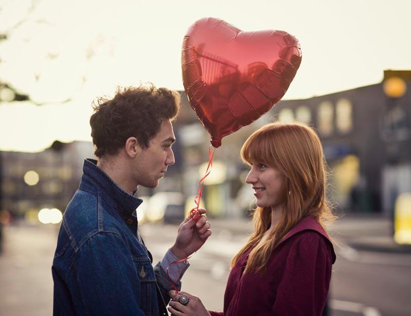 یک زوج با بادکنک قلبی