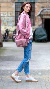 استایل مخصوص ولنتاین یک خانم به رنگ صورتی