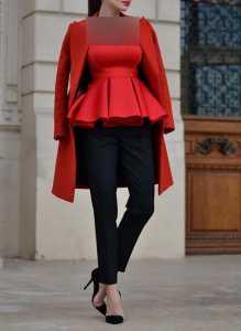 استایل مخصوص ولنتاین یک خانم با تاپ قرمز چین دار