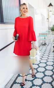 استایل مخصوص ولنتاین یک خانم با پیراهن قرمز کوتاه