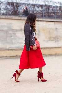 استایل مخصوص ولنتاین یک خانم با دامن میدی قرمز و کت چرم