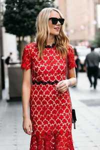 استایل مخصوص ولنتاین یک خانم با پیراهن گلدار قرمز