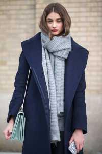 استایل یک خانم با شال گردن با گره مدل کراواتی