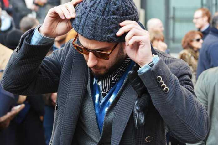 استایل یک آقا با کلاه بافت مردانه سورمه ای رنگ