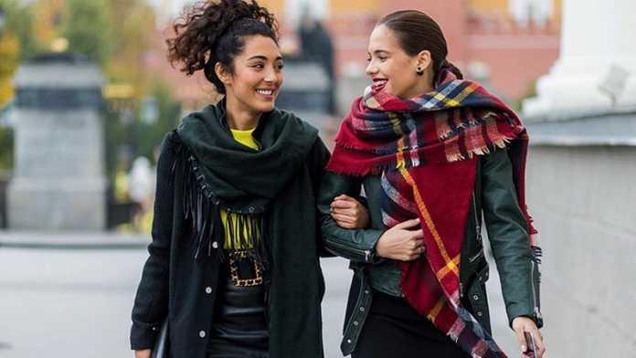 استایل دو خانم با گره شال گردن جذاب و متفاوت