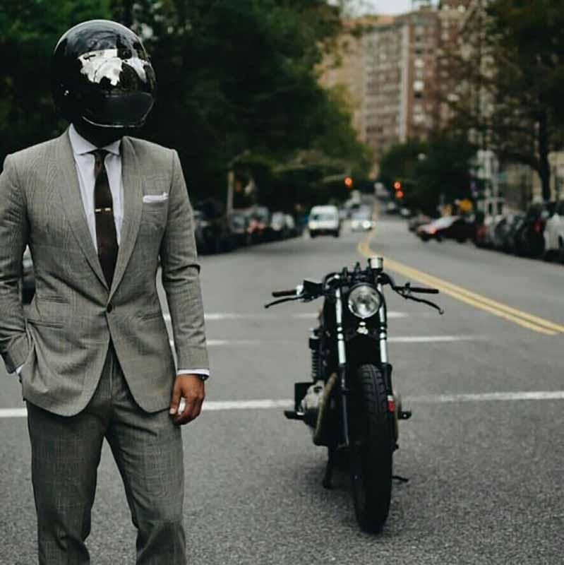 یک آقا با کلاه ایمنی و موتور