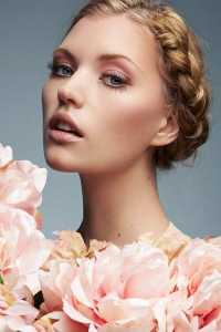 یک خانم با آرایش مخصوص روز ولنتاین صورتی