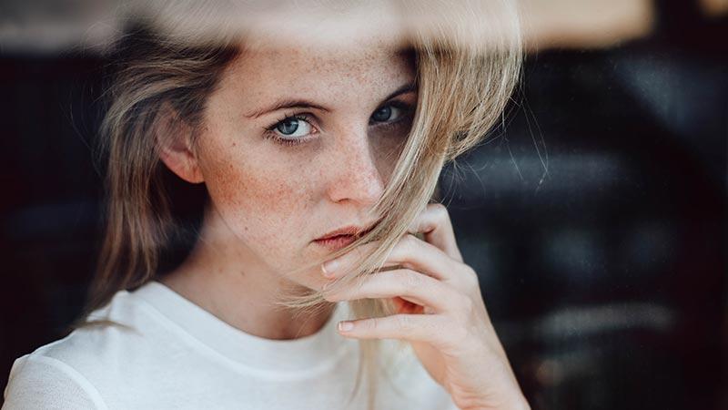 یک خانم با صورت کک و مک