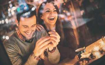 یک خانم و آقا در حال خندیدن در اولین قرار عاشقانه شان و نکاتی برای نحوه برخورد در اولین ملاقات