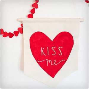 یک پرچم سفید و قرمز برای ولنتاین