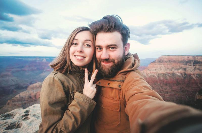 یک زوج در حال گرفتن سلفی در طبیعت