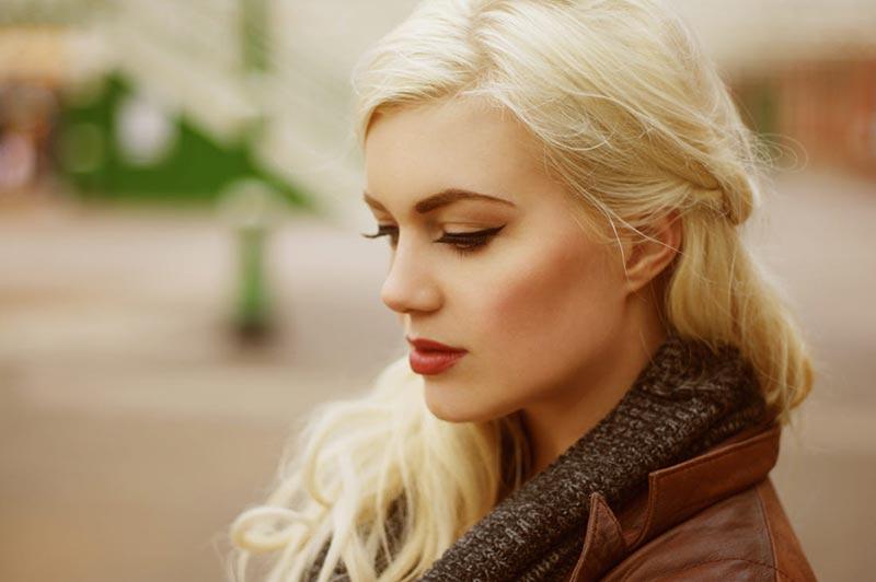 یک خانم با موهای روشن