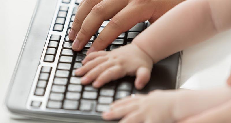 دست های یک پدر و فرزند روی کیبورد