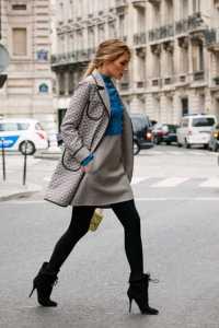 استایل یک خانم با پیراهن کوتاه و جوراب شلواری مشکی در زمستان