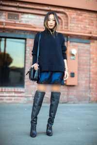 استایل یک خانم با پیراهن کوتاه و نیم بوت مشکی در زمستان