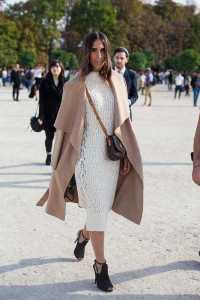 استایل یک خانم با پیراهن بلند و کت بلند در زمستان