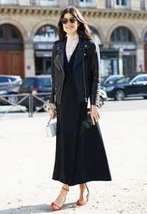استایل یک خانم با پیراهن بلند و کت چرم در زمستان